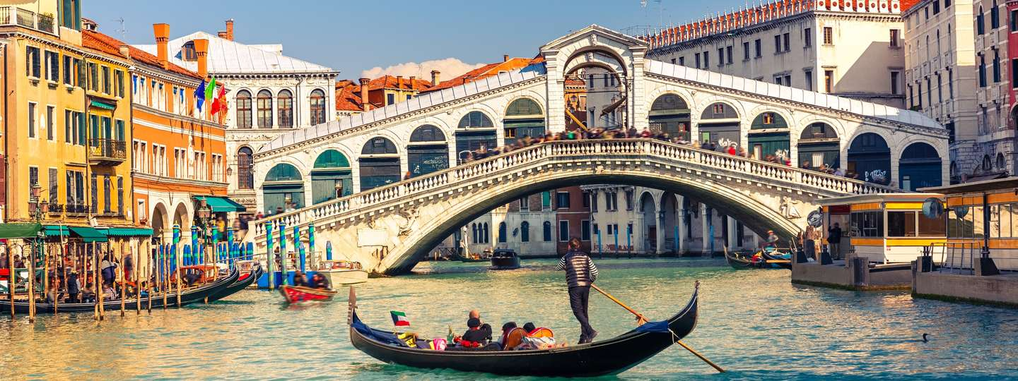 Gondala near the Rialto Bridge in Venice (Dreamstime)
