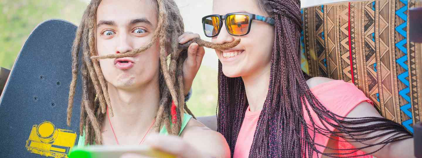 Teenagers posing for a selfie (Dreamstime)