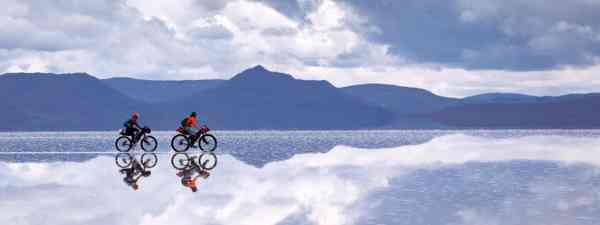 Cycling across the Altiplano (Shutterstock)