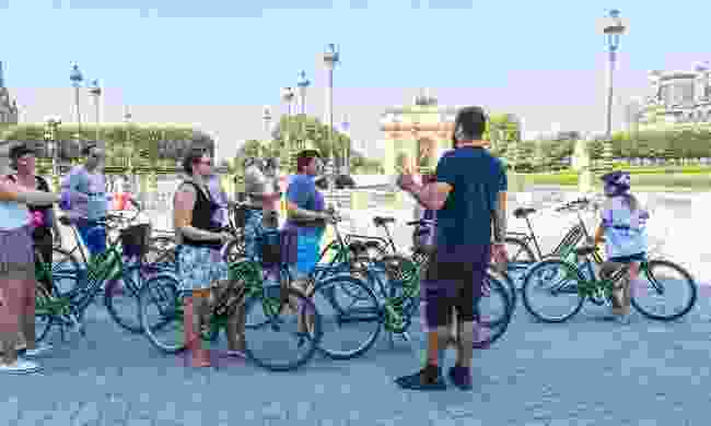 A guide with tourists before a bicycle tour of Paris (Dreamstime)