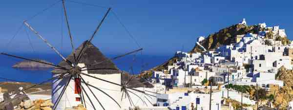 The cycladic windmills of Sérifos Island, overlooking the Aegean Sea (Dreamstime)