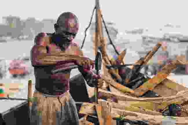 Boat builder in Zanzibar (Christopher Wilton-Steer/AKDN)
