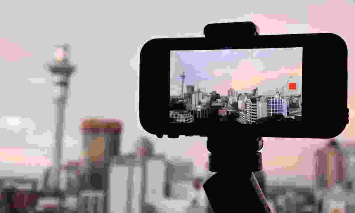 Filming the city with a phone (Dreamstime)