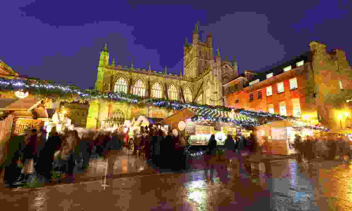 Bath Christmas market and Abbey at night (Dreamstime)