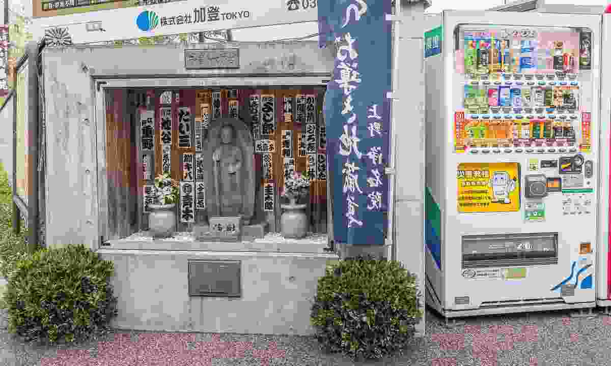 Vending machine near a shrine in Tokyo (Shutterstock)