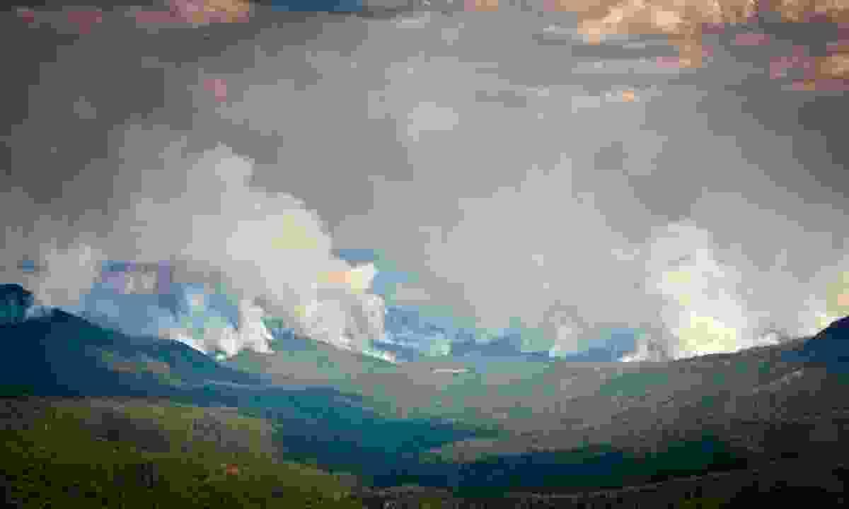 Fires burn across the Blue Mountains (Shutterstock)