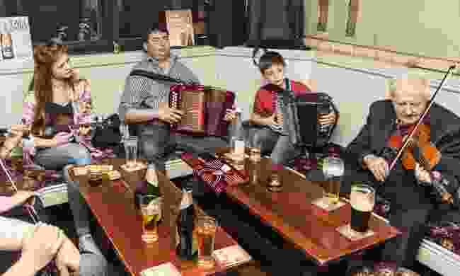 Musicians playing in an Irish pub (Shutterstock)