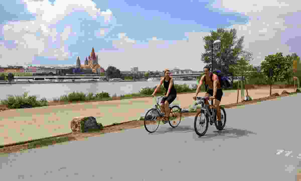 Cycling on the Donauinsel island (Dreamstime)