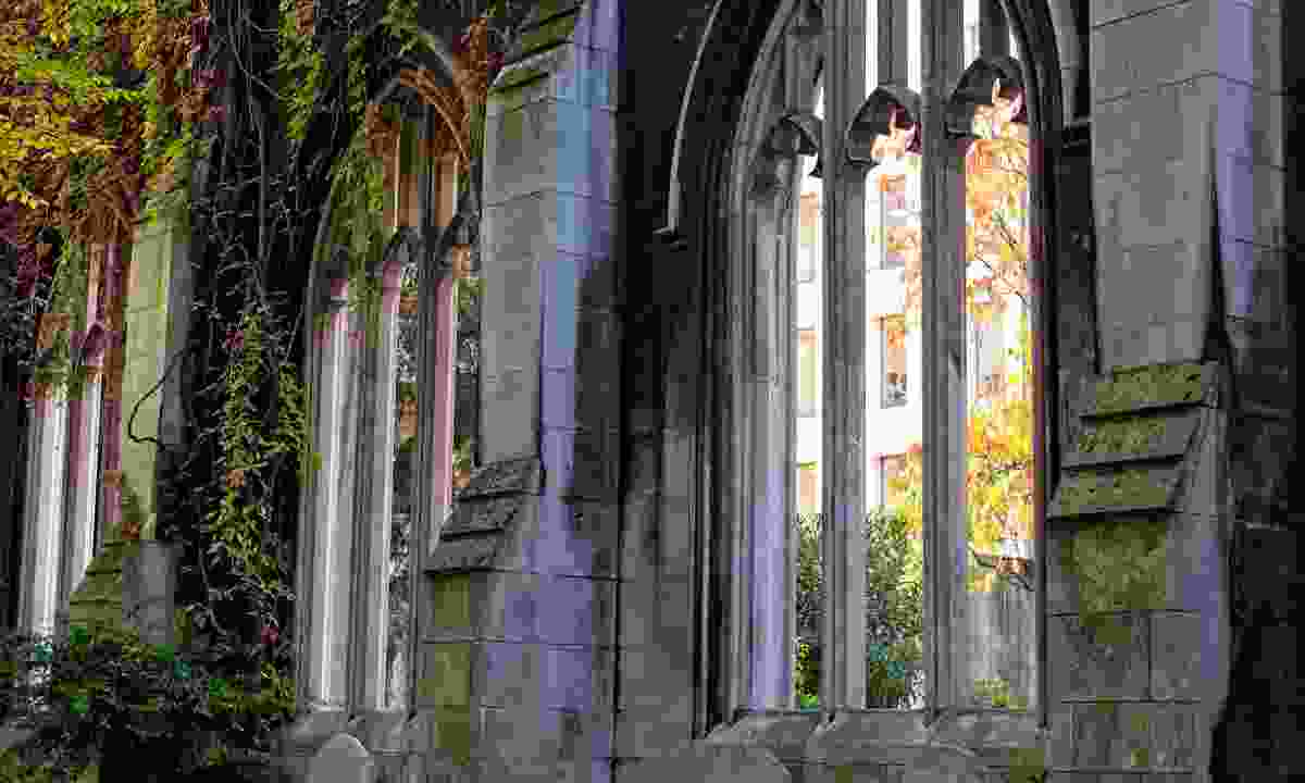 Stone wall and gothic windows at St Dunstan in the East (Shutterstock)