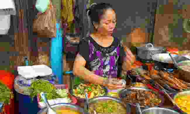 A woman preparing street food (Dreamstime)