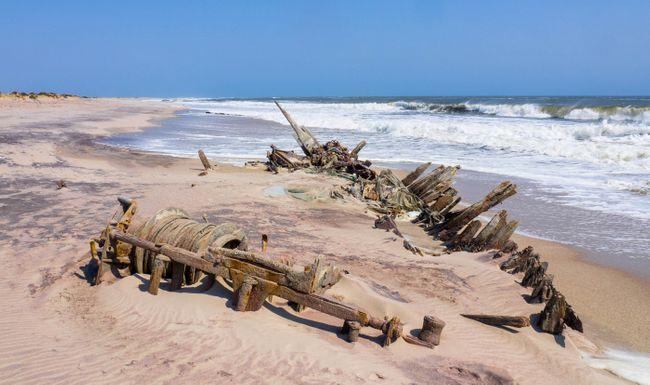 Si vous ne vous occupez pas du drame fantomatique, la côte squelettique de Namibie est désolée de manière appropriée pour la distanciation sociale (Shutterstock)