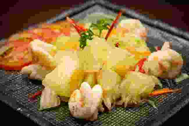 Pomelo and shrimp salad (Shutterstock)