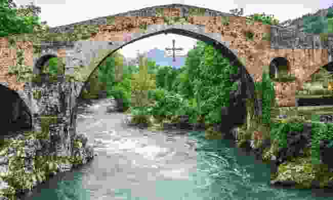 The Roman bridge at Cangas de Onís (Dreamstime)