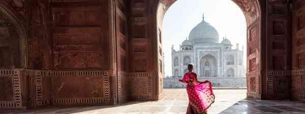 Woman in red sari at the Taj Mahal (Shutterstock)