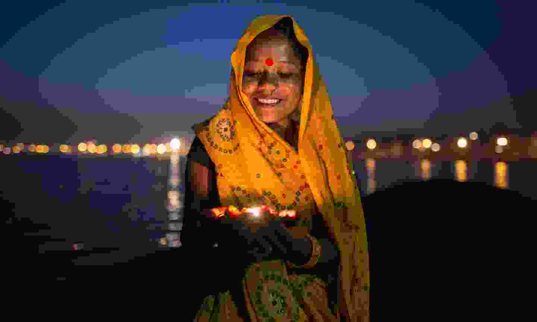 Girl worshipping beside the Ganges (Shutterstock)