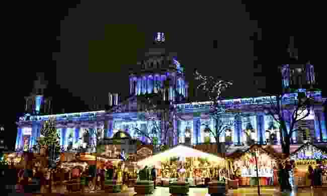 Belfast City Hall and Christmas market (Dreamstime)