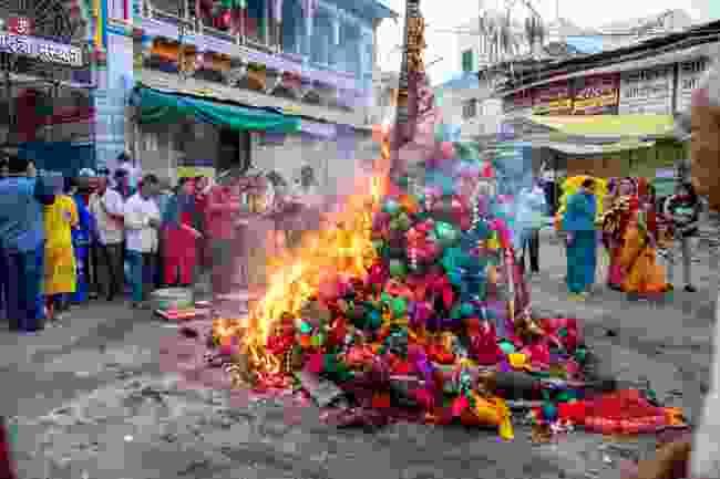 A bonfire on Holika Dahan (Shutterstock)