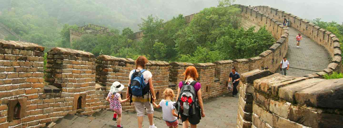 Family walking along the Great Wall of China (Dreamstime)