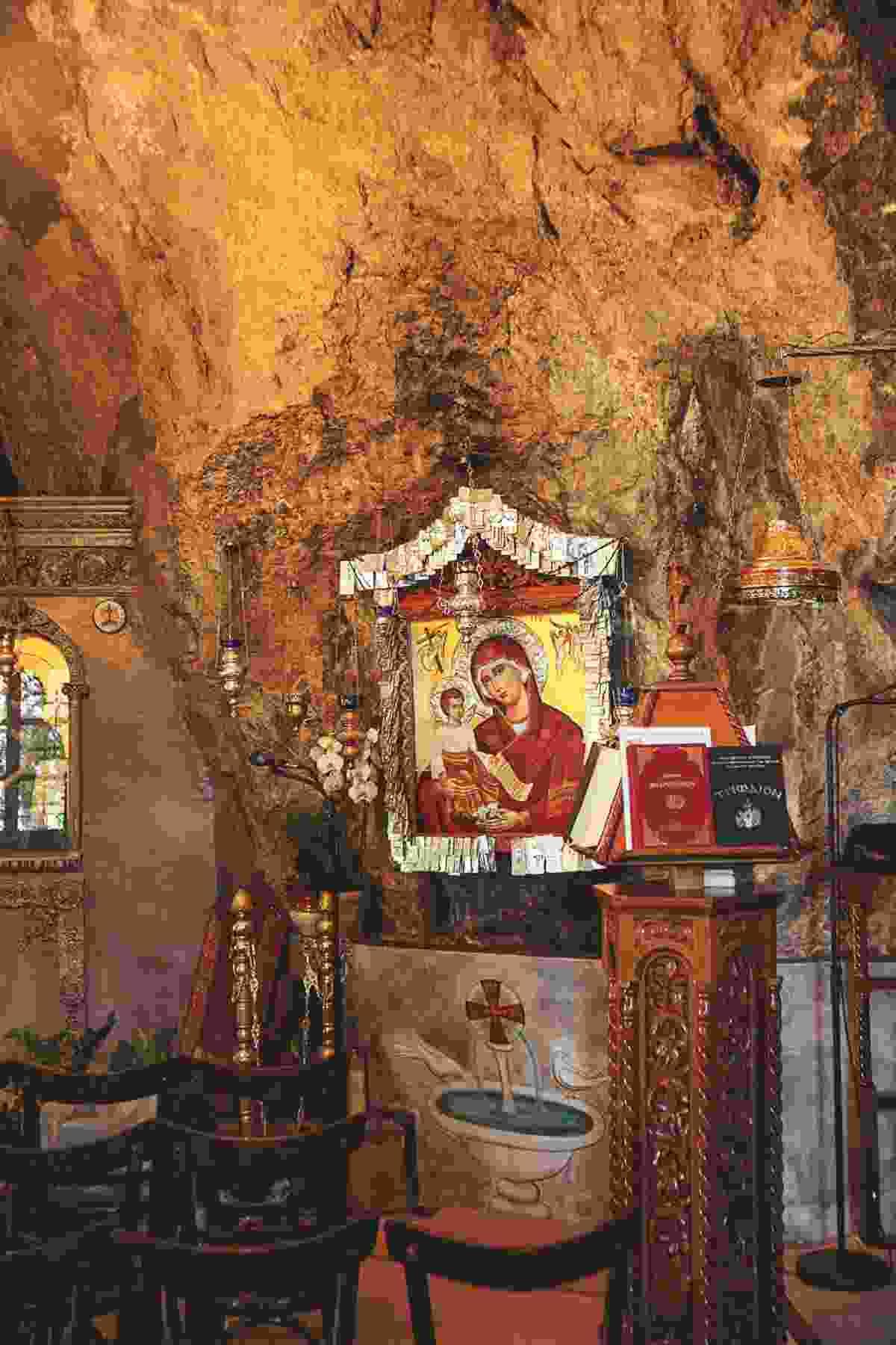 Shrine hiding secret passage at Agioi Isidoroi (Yannis Varouhakis)
