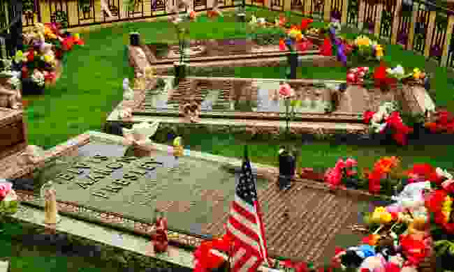 The graves of Elvis Presley and his family at Graceland (Dreamstime)
