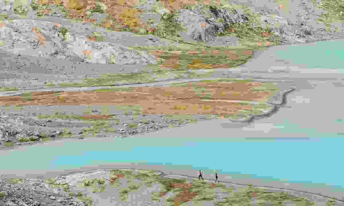 Hikers on Tweedsmuir Glacier (Destination BC/Taylor Burk)