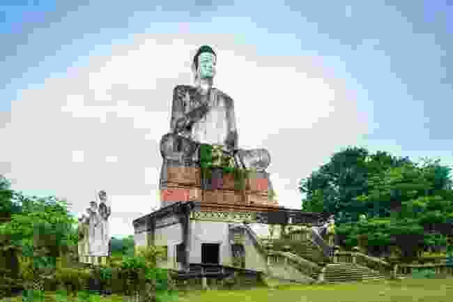 A half-built Buddha statue at Wat Samrong Knong (Alex Robinson)