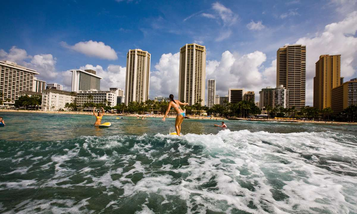 Surfing at O'ahu (Hawaii Tourism Authority/Tor Johnson)