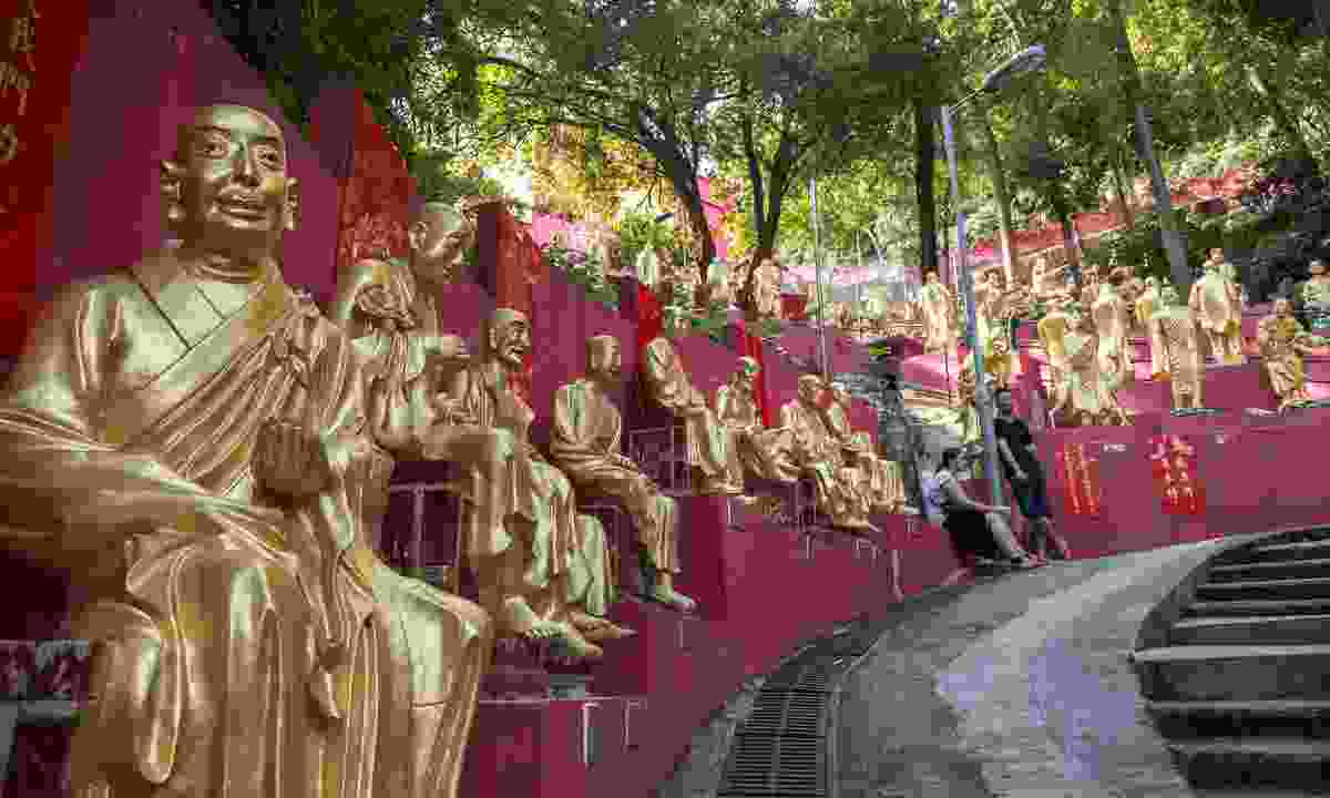 On the way to the Ten Thousand Buddhas Monastry (Dreamstime)