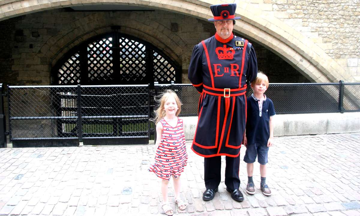 Kids with a Beefeater at the Tower of London (GlobalMouse.com)