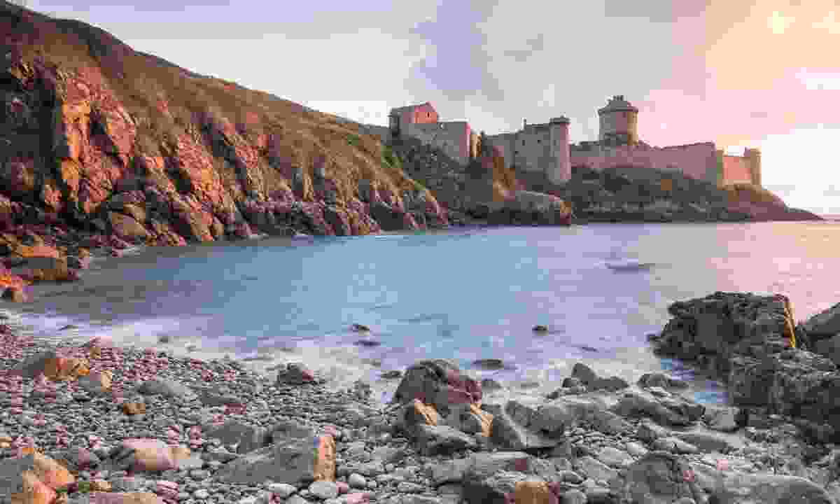 Fort La Latte by the coast (Emmanuel Berthier)