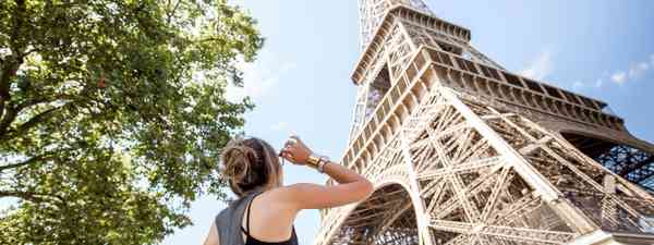 A woman enjoying the view of the Eiffel Tower (Dreamstime)