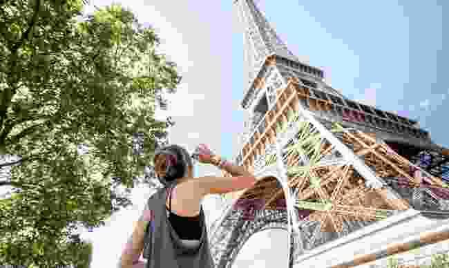Solo traveller in Paris (Dreamstime)