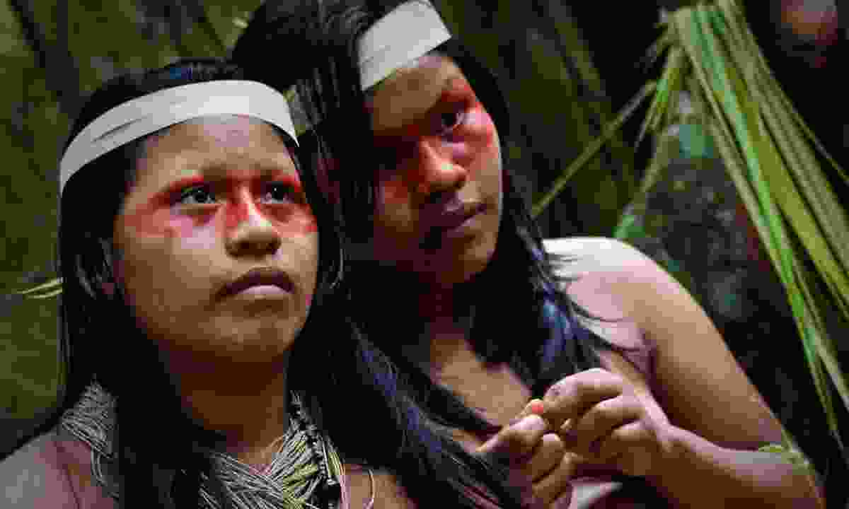 Two young girls form huaorani tribe in the amazon rainforest, Yasuni National Park, Ecuador (Dreamstime)