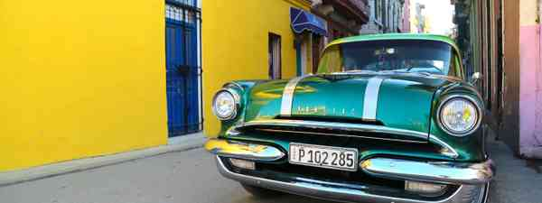 An old green Pontiac parked on the colourful backstreets of Old Havana (Graeme Green)
