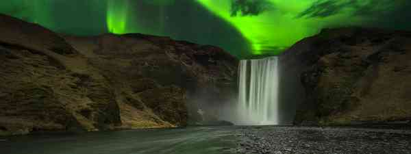 Northern lights illuminate Skógafoss waterfall (Dreamstime)