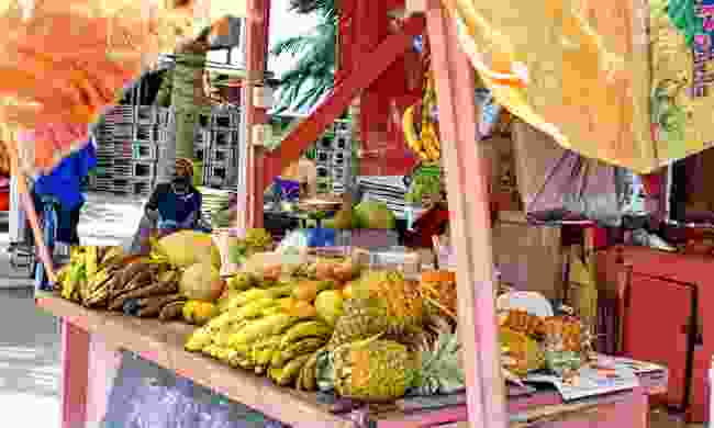 A stall selling fresh fruit and juice, Belize (Shutterstock)