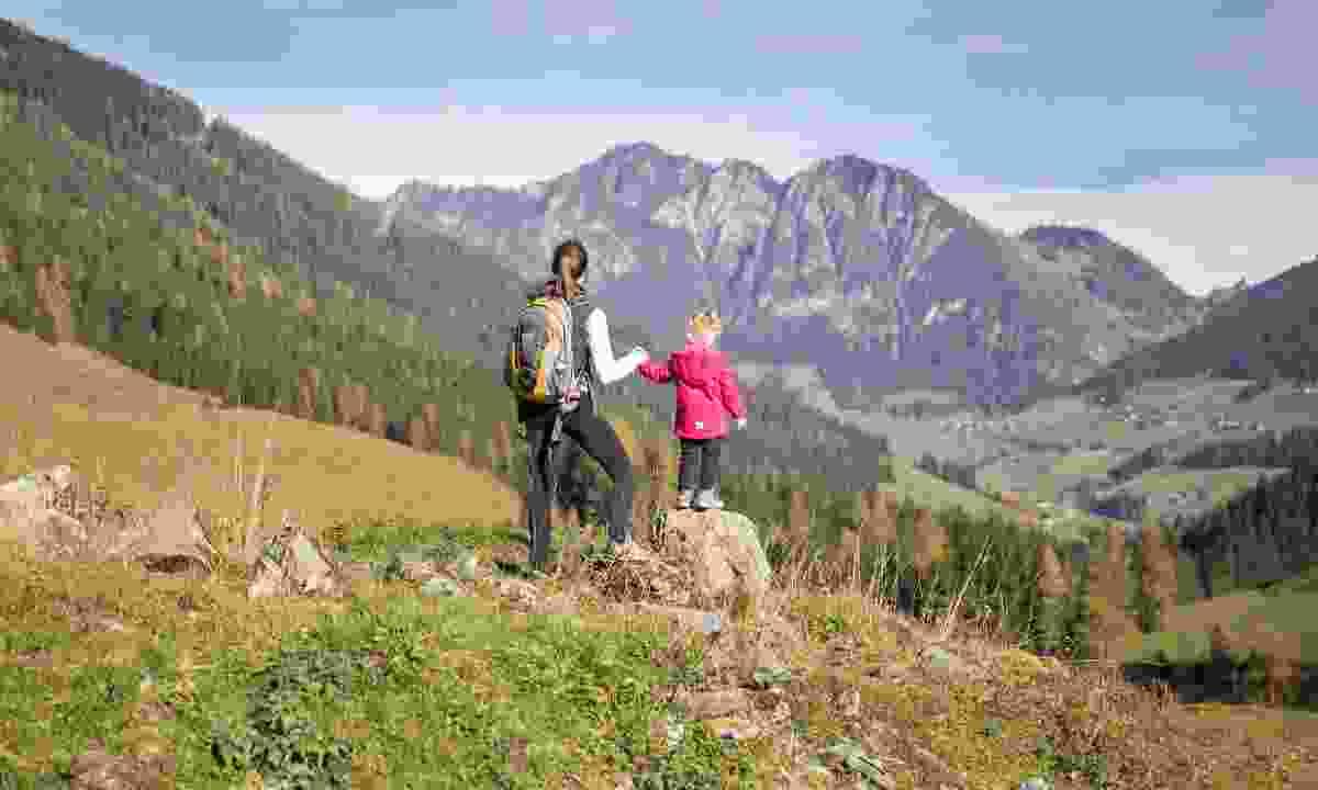 Family hiking in Alpbatchal (Alpbachtal Seenland Tourismus/ Christian Vorhofer)