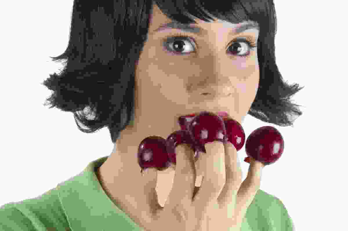 Woman eating grapes (Dreamstime)