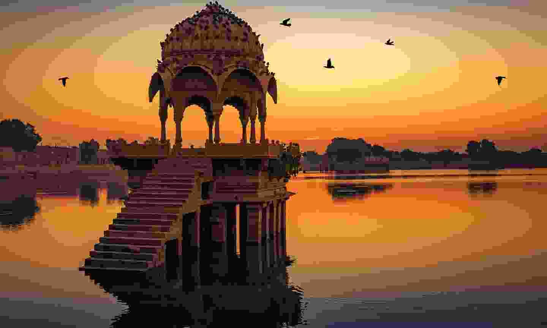 Sunset over Gadi Sagar lake in Jaipur (Shutterstock)