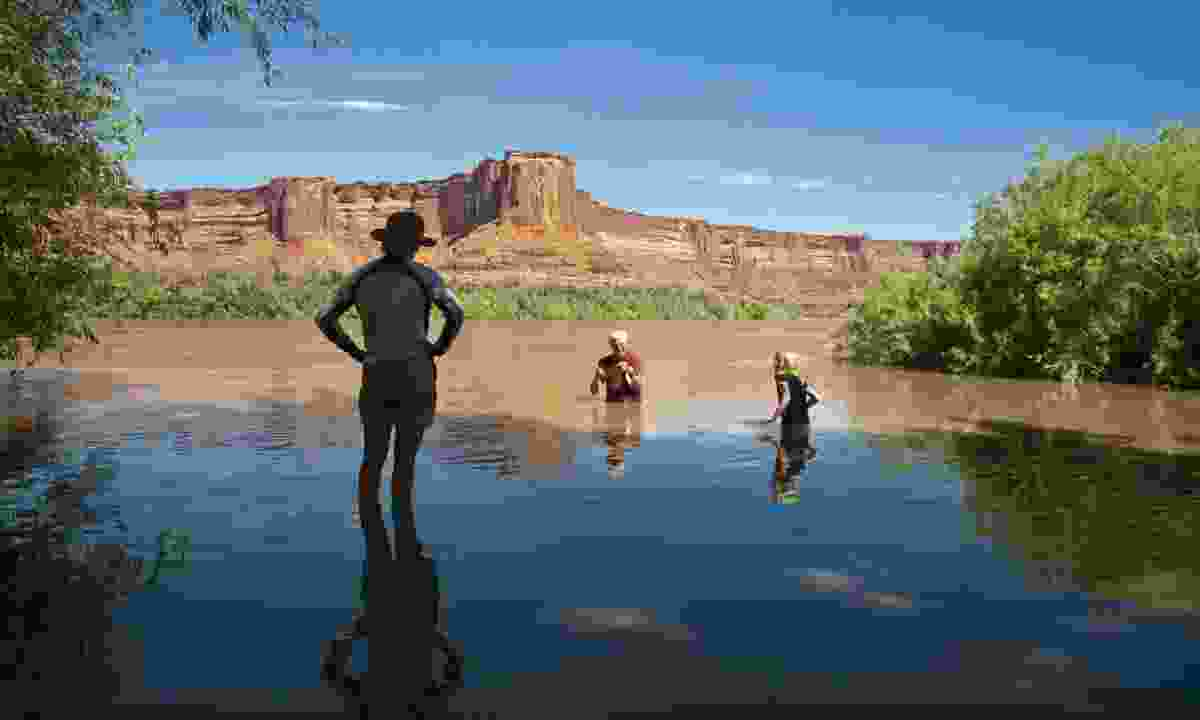 Family swimming in the canyon country of Utah (Dreamstime)