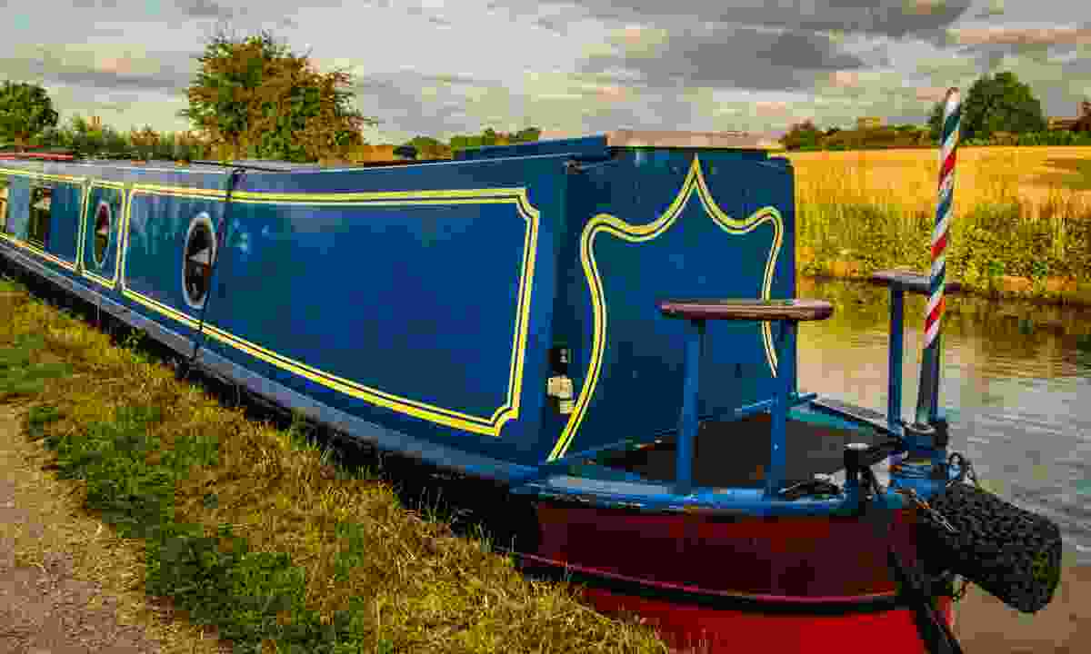 Narrowboat moored on the Grand Union Canal near Leamington Spa (Dreamstime)