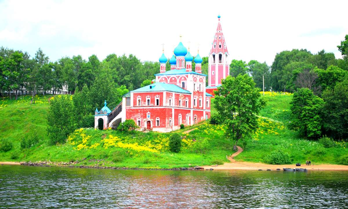 Church on the bank of the Volga River (Dreamstime)