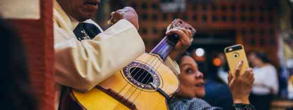 A mariachi player at a bar in Mexico City (Shutterstock)