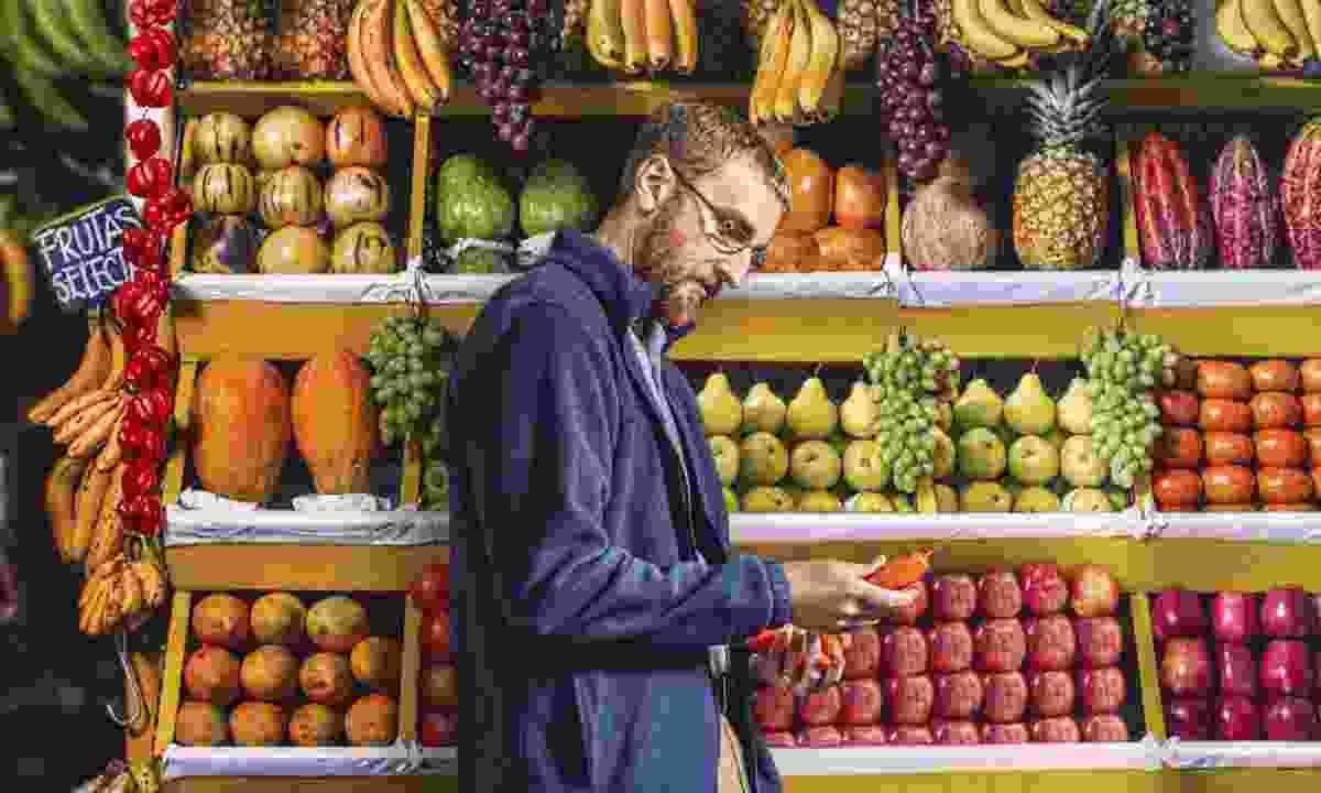 Man in fruit market (Promperù)