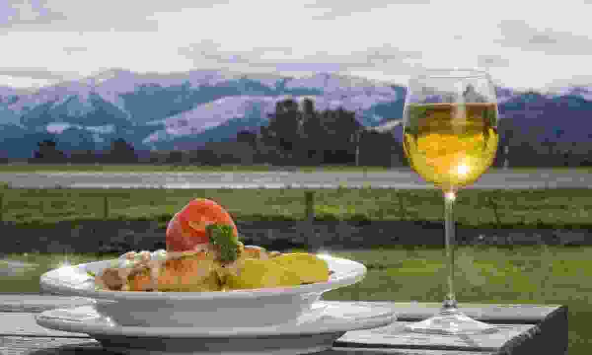 Dining in New Zealand (Shutterstock)