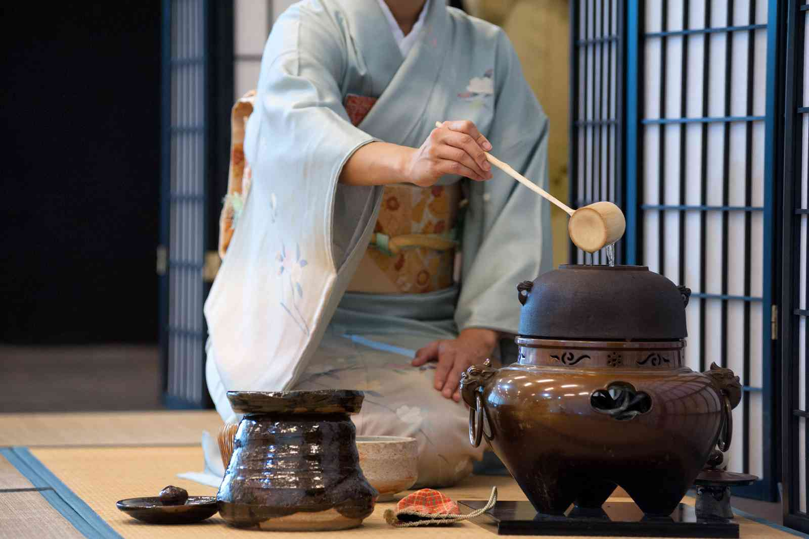 A tea ceremony in Japan (Shutterstock)