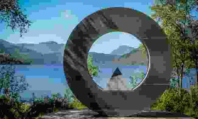 Monument on Loch Lomond, pointing the way to Ben Lomond (Shutterstock)