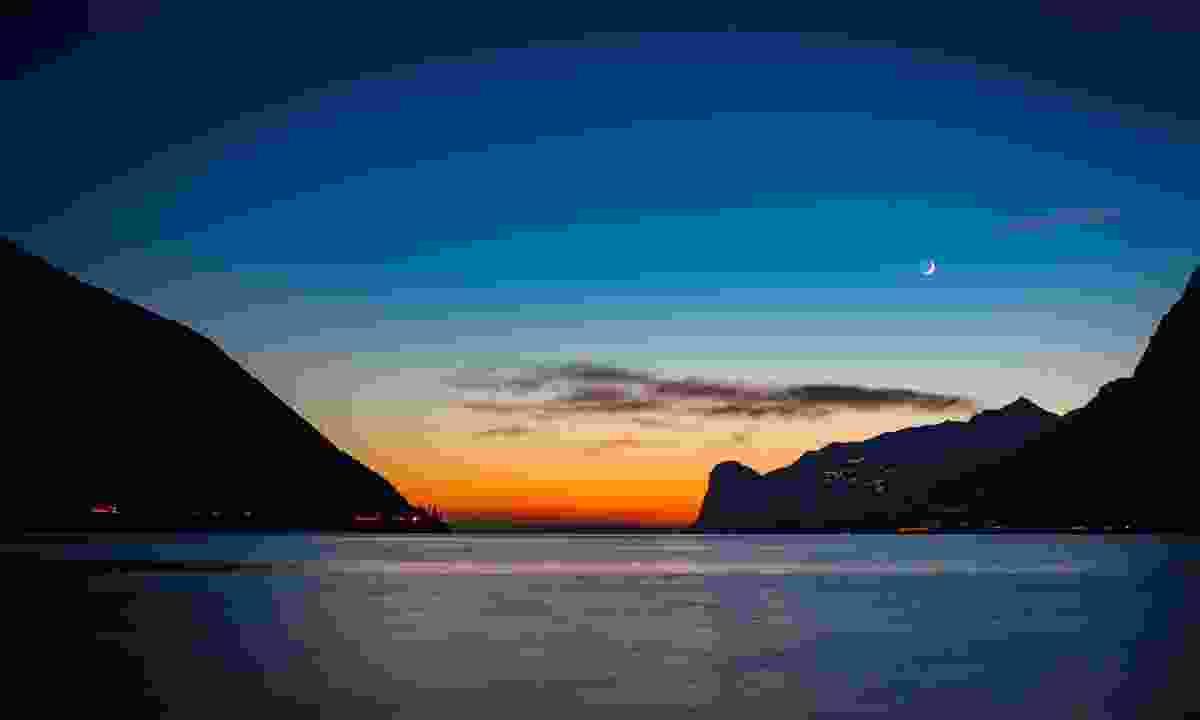 Enjoy an early sunset over the lake (Galvagni Alessandro/ Garda Trentino)