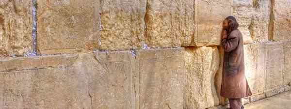 Praying at the wailing Wall in Jerusalem (Dreamstime)