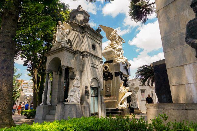 A tomb in Cementerio de la Recoleta (Shutterstock)
